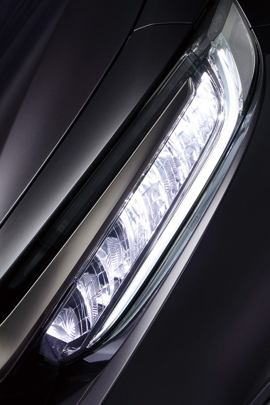 前後ライトの発光イメージやデザインで鋭さや知性を表現
