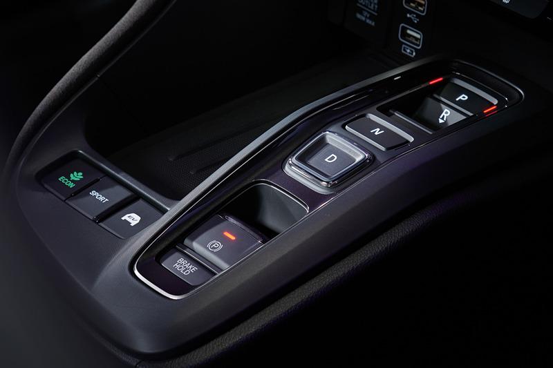 エレクトリックギヤセレクターを全車で採用。「ECON」「SPORT」「EV」といったモードスイッチも備えている
