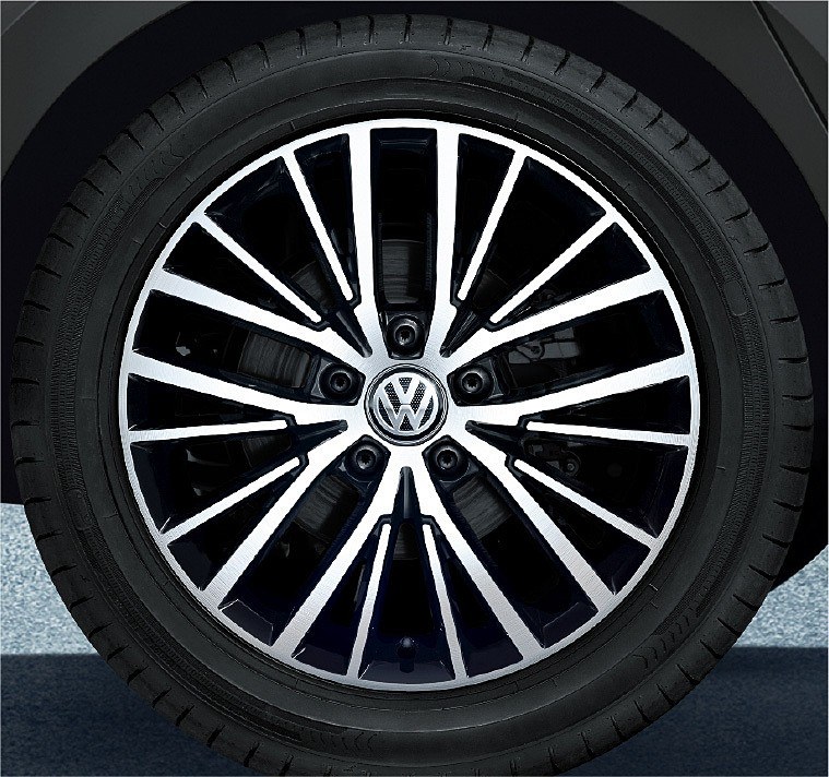 10スポークの専用アルミホイール(6.5J×17)に215/55 R17タイヤをセット
