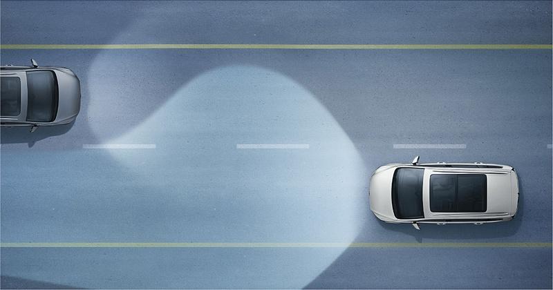 """テクノロジーパッケージではダイナミックコーナリングライト(左)、ダイナミックライトアシスト(中央)、駐車支援システム""""Park Assist""""(右)といった安全性や利便性を高める先進装備も用意する"""