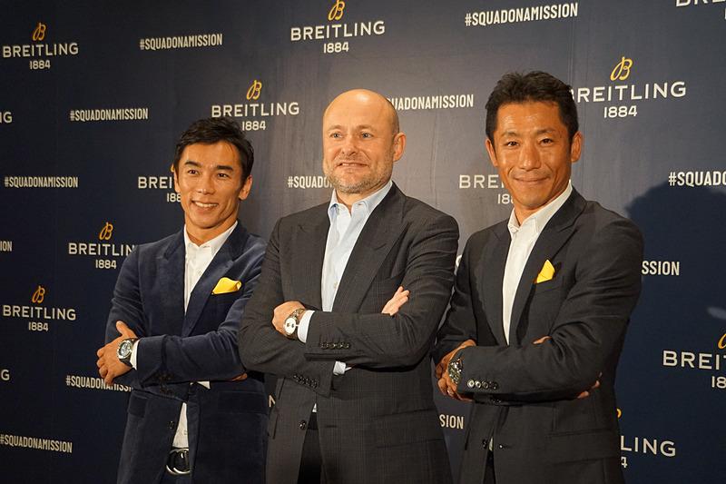 写真は左から、佐藤琢磨選手、ブライトリング CEOのジョージ・カーン氏、室屋義秀選手