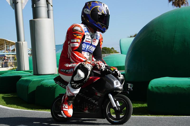 新バイクアトラクション「モトファイター」の開発車両をシェイクダウンする中須賀克行選手