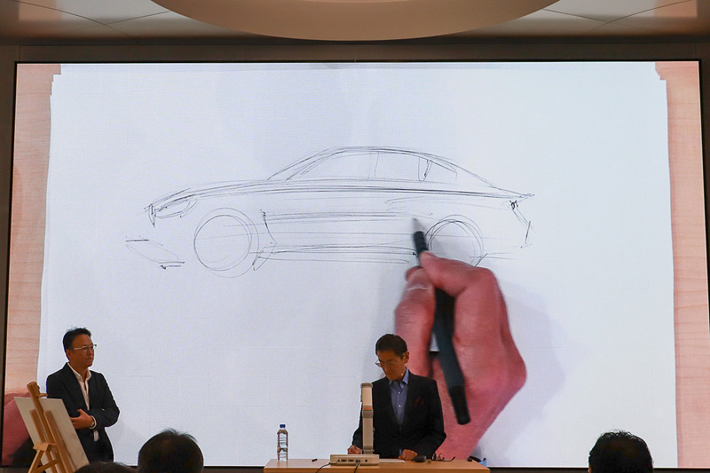 永島氏はBMWデザイン・サロンが始まるまで、BMWモデルを黙々とスケッチし続けていた