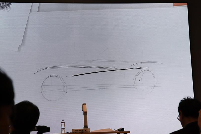 BMWの特徴でもある後輪駆動をアピールするサイドのボーンラインについて説明する永島氏
