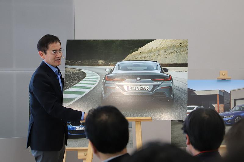 8シリーズのリアデザインについて、かなり幅広のショルダーラインにすることで、リアを強調していると永島氏は解説