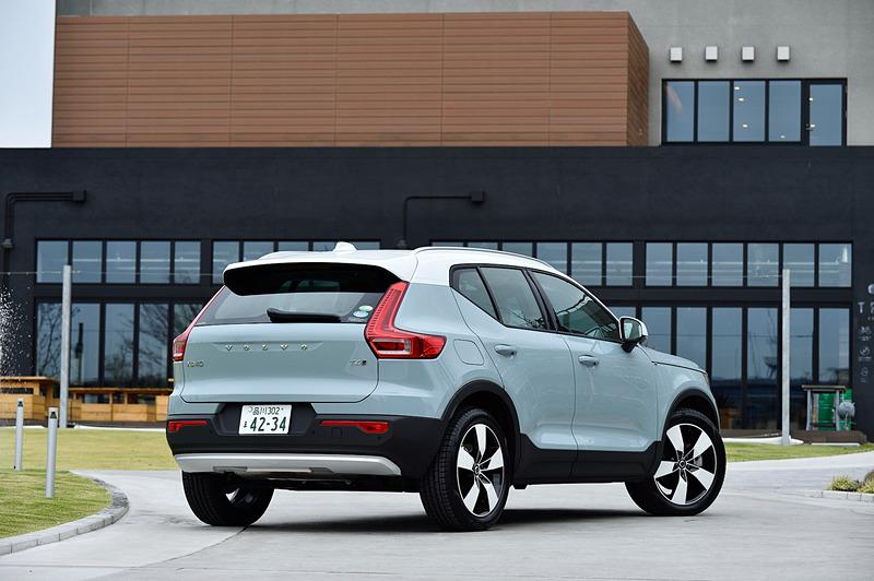 撮影車はアマゾンブルーカラー(Momentum専用色)の「T4 AWD Momentum」。ボディサイズは4425×1875×1660mm(全長×全幅×全高)、ホイールベースは2700mm