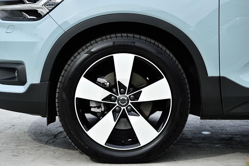 エクステリアでは北欧神話の「トール・ハンマー」をモチーフにしたT字形LEDヘッドライトを採用するとともに、強く張り出したフロントグリルや立体的な造形のフロントバンパーを採用してタフなイメージを演出。撮影車は19インチアルミホイールにピレリ「P ZERO」(235/50 R19)を装着