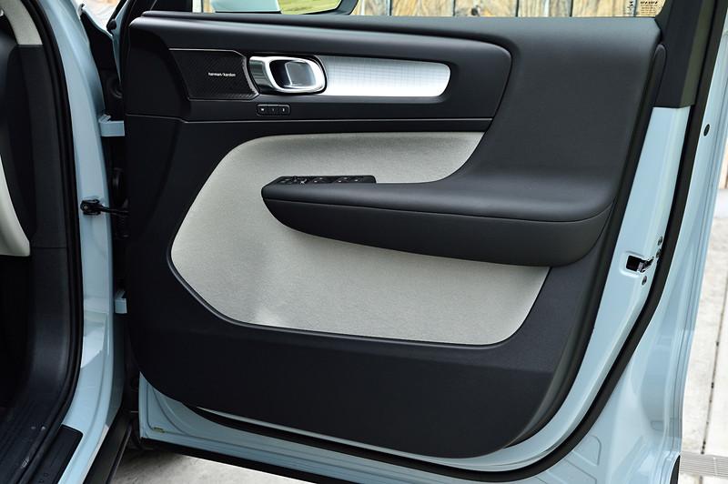 チャコール/ブロンドカラーのインテリア。XC40ではセンターアームレスト下にボックスティッシュが入る収納スペースが用意されるほか、大きく取られたドアポケット、ダストボックスなど、多彩な収納を設定して利便性を高めているのもポイントの1つ