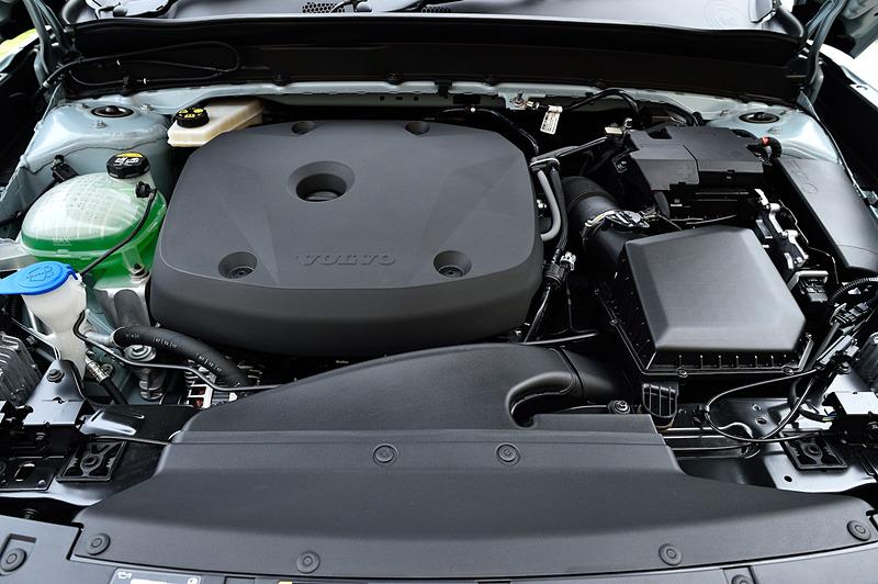 T4 Momentumが搭載する直列4気筒DOHC 2.0リッター直噴ターボ「B420」型エンジンは、最高出力140kW(190PS)/4700rpm、最大トルク300Nm(30.6kgfm)/1400-4000rpmを発生。JC08モード燃費は13.2km/L