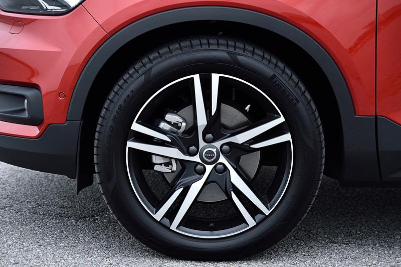 こちらはフュージョンレッドメタリックカラーの「T5 AWD R-Design」。「T4 AWD Momentum」が装着していたアルミホイールとはデザインが異なるものの、同じ19インチアルミホイールにピレリ「P ZERO」(235/50 R19)を組み合わせる