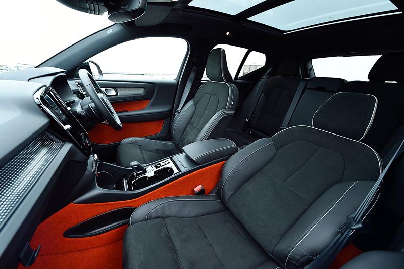 R-Designにオプション設定される「Lava」(オレンジ)のフロアカーペット&ドアトリムを採用