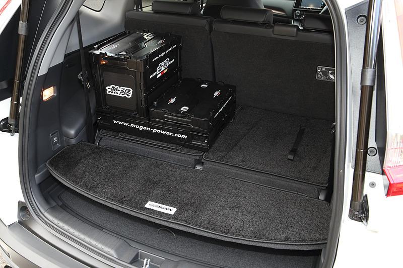 スポーツマットと同様の材質を採用した「スポーツラゲッジマット」は、7人乗り(3列仕様車)用ではリアシートダイブダウン時にも3列目の背面を覆うことが可能。価格は5人乗り(2列仕様車)用、7人乗り(3列仕様車)用ともに2万2680円