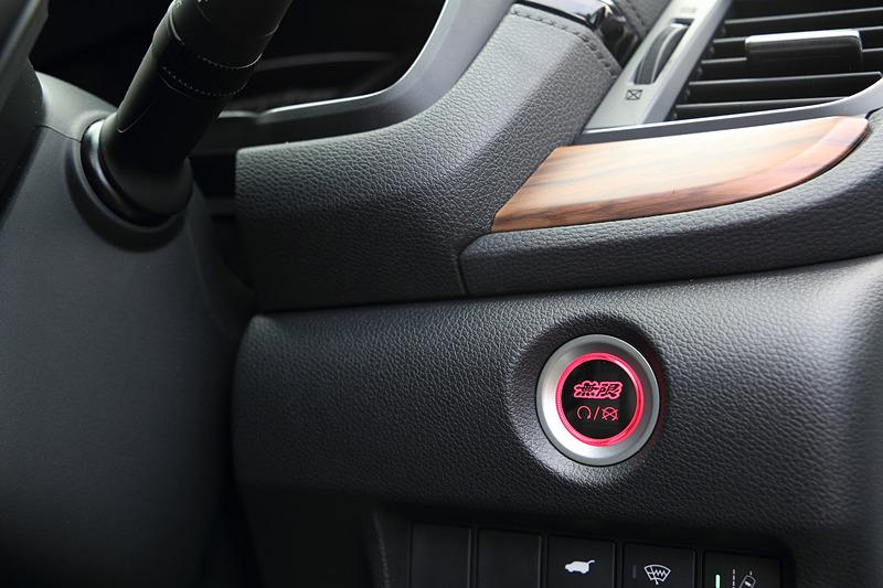 ユニット交換タイプの無限ロゴをあしらった「エンジンスタート/ストップスイッチ・パワースイッチ」。ガソリン車用、ハイブリッド車用ともに1万9440円
