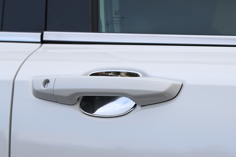 傷つきを防ぐ「ドアハンドルプロテクションカバー」(クロームメッキ/フロント・リア用左右4枚セット。8640円)