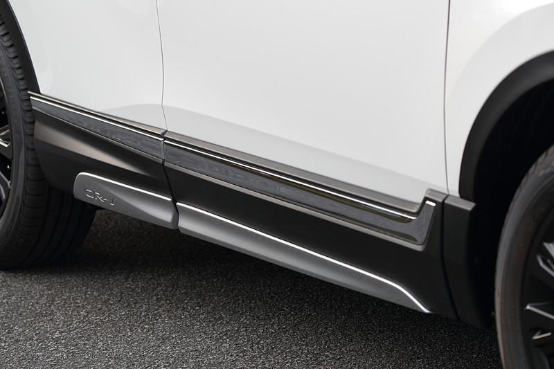 アラバスターシルバー・メタリックカラーの「サイドロアガーニッシュ」はフロント・リア用左右4枚セットで4万3200円