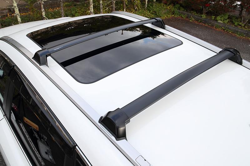 ボディ一体型の「ルーフレール」は5万9400円。その上にスキーやスノーボードのアタッチメントを装着するための「クロスバー」も付き、こちらは3万240円