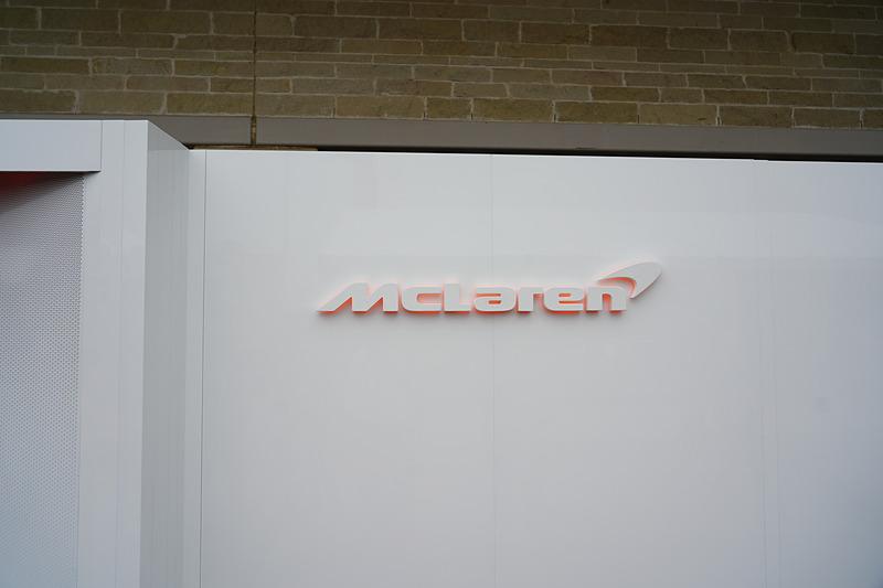 マクラーレンF1のガレージ入り口。そこには過去のマクラーレンの栄光の数字が並んでいる