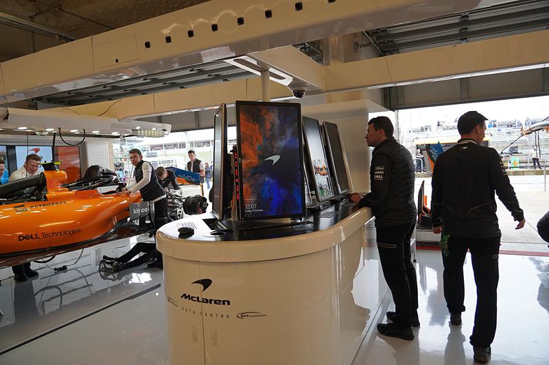 マクラーレンF1のピットガレージ。Dellのモニターが利用されている