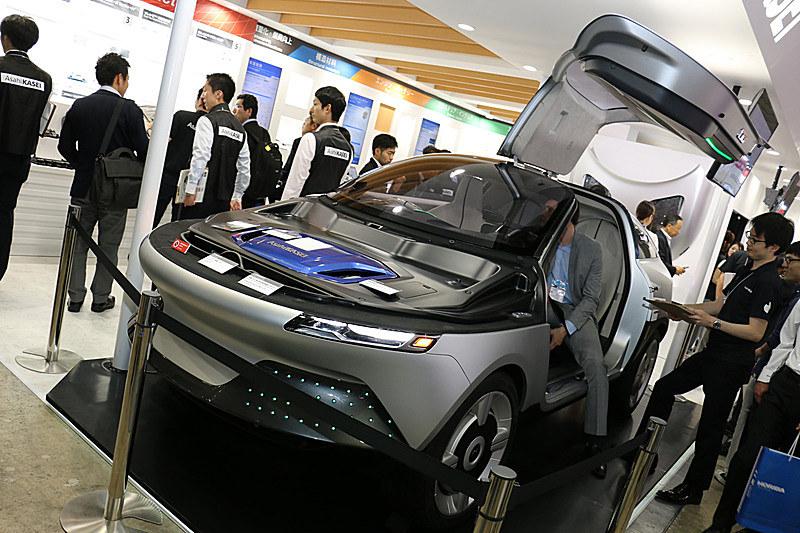 AKXYは旭化成グループの先進技術や自動車向け製品などを装備して展示会などに出展され、会場で実際に製品に触れてもらいながら自動車メーカーの担当者などとディスカッションしている。写真は5月に開催された「人とくるまのテクノロジー展 2018 横浜」の展示シーン