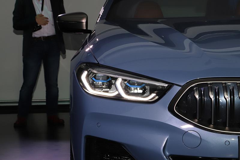 8シリーズ クーペのLEDヘッドライト。ハイビームで走行時に車速が約70km/hを超えると、すでに点灯しているLEDハイビーム・ヘッドライトに加え、レーザー・ライトが自動的に点灯してLEDライトの約2倍に相当する最大600mまで前方を照らす「BMWレーザー・ライト」を標準装備
