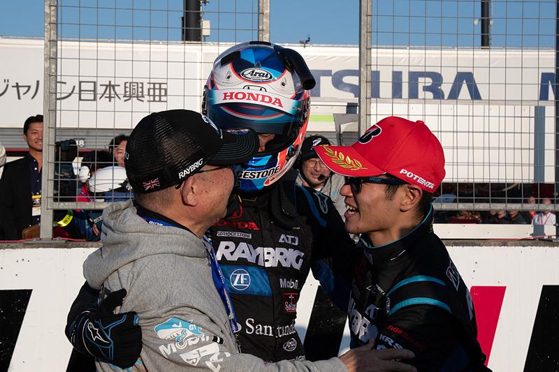 高橋国光監督(左)、山本尚貴選手(右)も駆けつけ、チャンピオン獲得を祝う