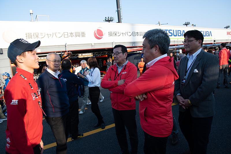 決勝戦は本田技研工業株式会社 八郷隆弘社長(中央右)も応援に駆けつけた。第1戦も八郷社長は応援に来ており、いずもNSX-GTが優勝。さらにはチャンピオンを獲得した