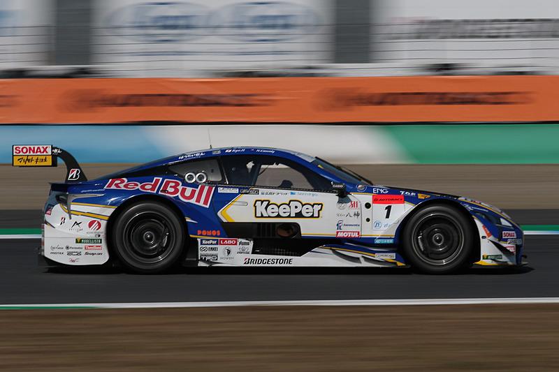 100号車を追走する1号車 KeePer TOM'S LC500(平川亮/ニック・キャシディ組、BS)。抜けばチャンピオンという状況を作り出し、緊張感のあるレースが続いた