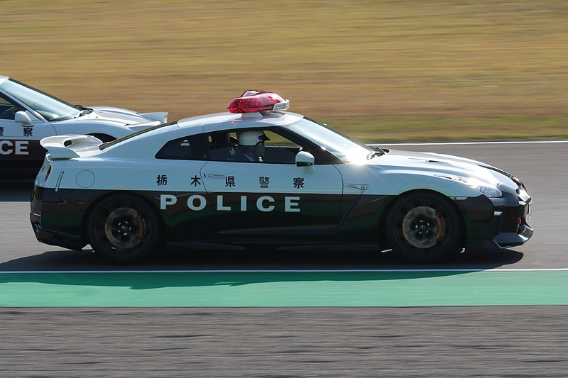 R35 GT-Rパトカーと初代NSXパトカーはランデブー走行を行なった
