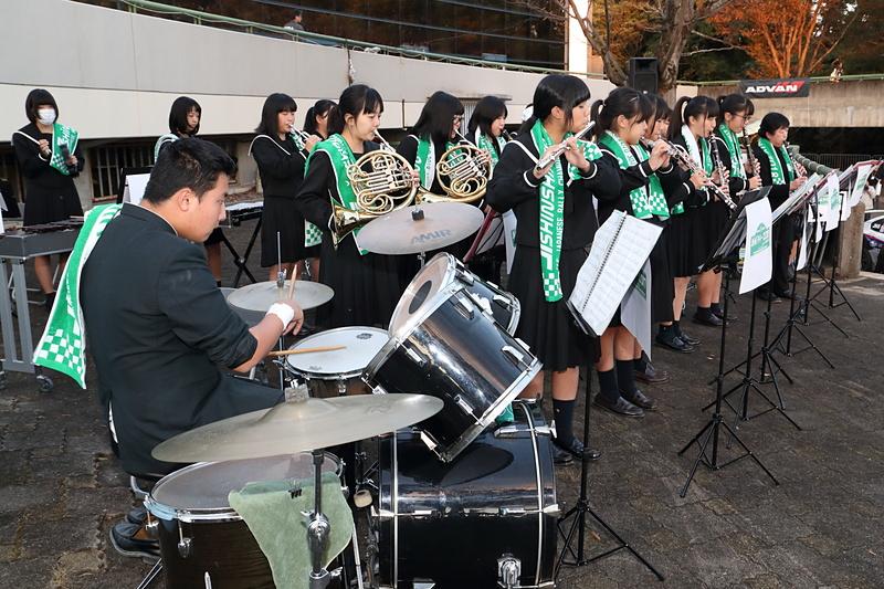 新城高校の吹奏楽部による演奏がセレモニーを盛り上げた