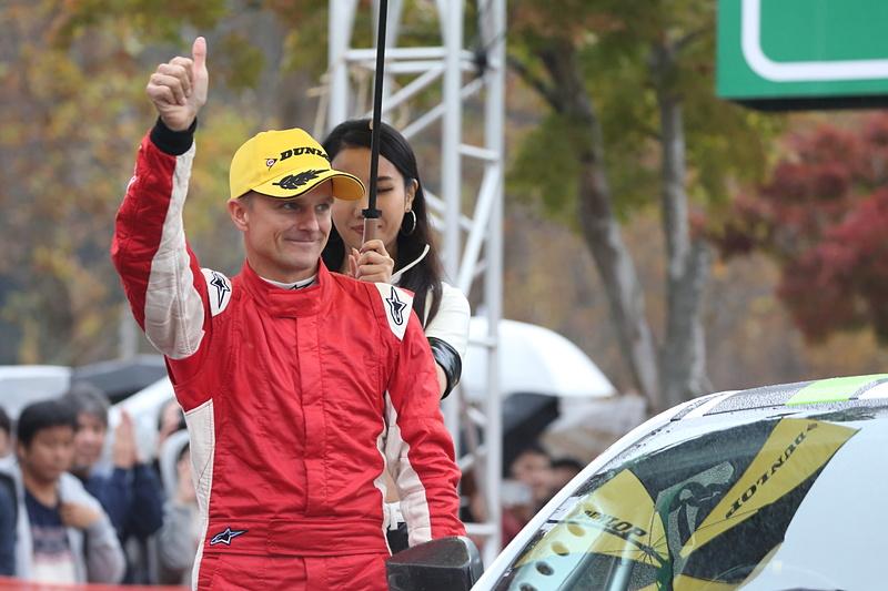 JN-4クラスには元F1ドライバーでSUPER GTでもチャンピオンを獲得しているヘイキ・コバライネン選手が全日本ラリー2度目の参戦。コ・ドライバーは北川紗衣選手