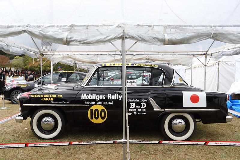 トヨタのラリー参戦の原点とも言えるトヨペットクラウンと、同色にペイントされた現行クラウンを並べて展示