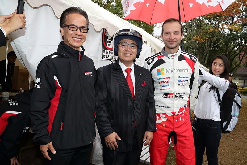 左からトヨタ自動車株式会社 副社長 友山茂樹氏、愛知県知事 大村秀章氏、ラリードライバー ユホ・ハンニネン選手