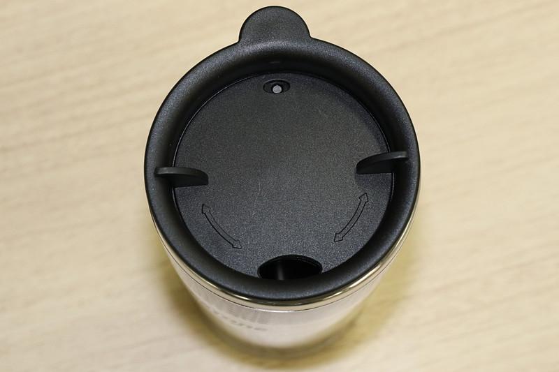 ステンレスタンブラーは容量350mL。簡易的な密閉機構となるフタには回転開閉する飲み口を備えている