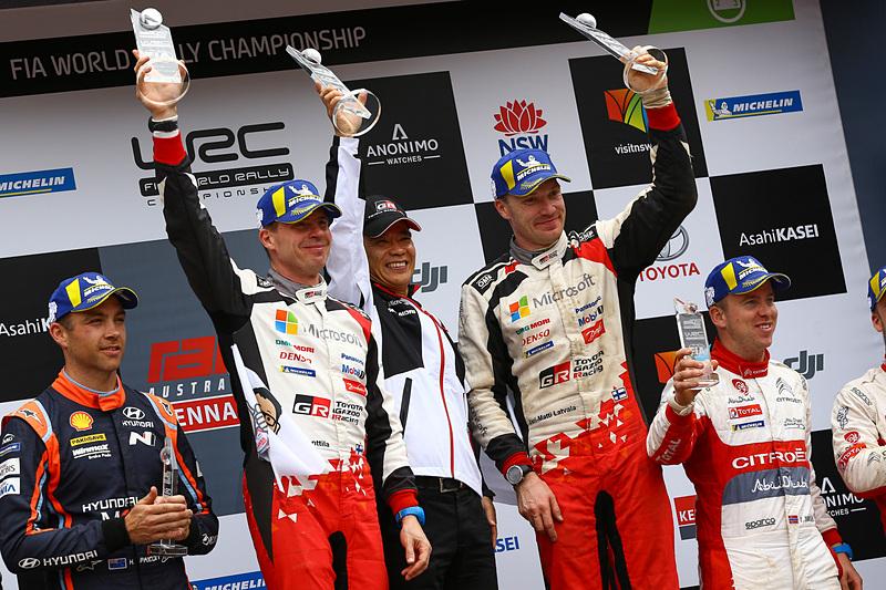 ラトバラ/アンティラ組のシーズン初優勝とマニュファクチャラーズタイトル獲得を祝い、喜びを爆発させるTOYOTA GAZOO Racing World Rally Teamのスタッフ