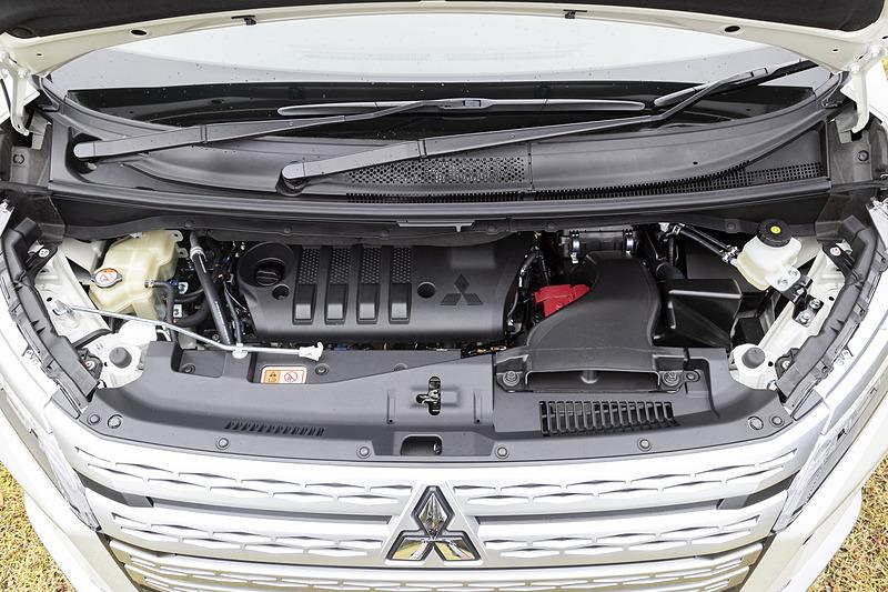 エンジンは従来通り4N14ユニットを搭載。圧縮比を14.9から14.4へ下げるとともに効率をアップ。新たに尿素SCRシステムを採用することで環境性能も高められている