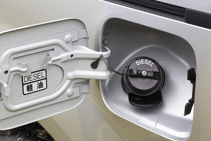 燃料タンク容量は64L。JC08モード燃費は13.0km/Lから13.6km/Lへと向上