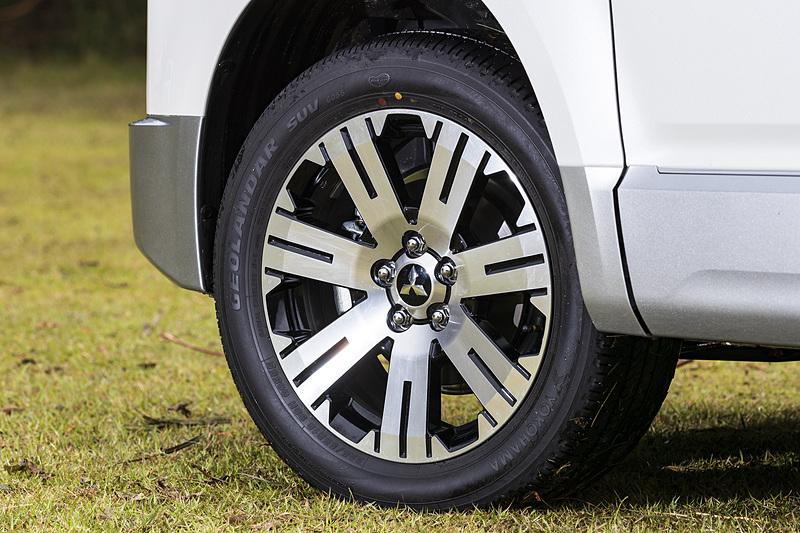 Mグレード以外には225/55 R18タイヤとアルミホイールが標準。タイヤは「M+S」表記のある横浜ゴム製「ジオランダーSUV G055」