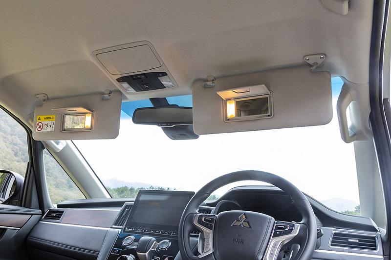 運転席&助手席サンバイザー裏には照明付きバニティミラーを装備