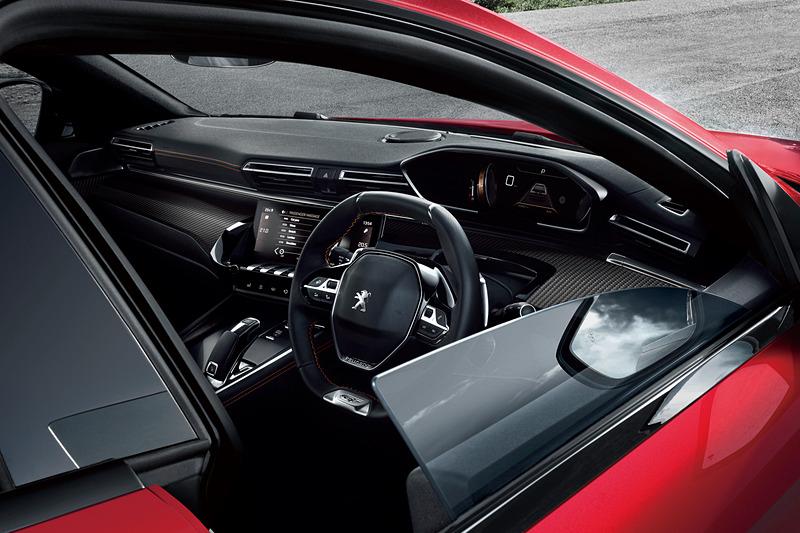 インテリアではプジョーの新世代インテリア「Peugeot i-Cockpit」を採用。センターコンソールのトグルスイッチはピアノの鍵盤をイメージしたデザインとなっている