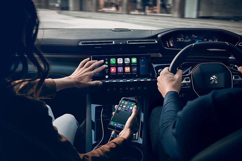 8インチタッチスクリーンは「Apple CarPlay」「Android Auto」に対応。センターコンソール下に「ワイヤレススマートフォンチャージャー」を用意する