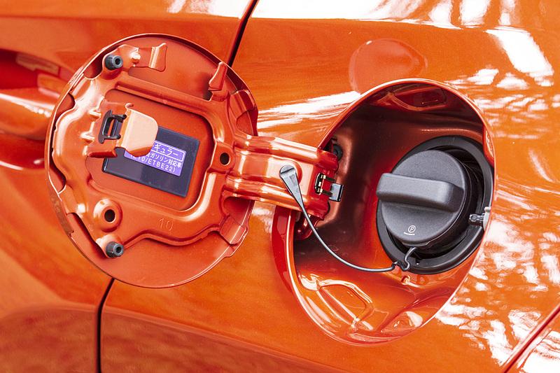 ガソリンは無鉛レギュラー仕様。タンク容量は43L