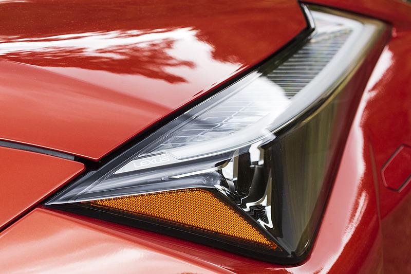 ヘッドライト&リアコンビランプはLEXUSのロゴが入る