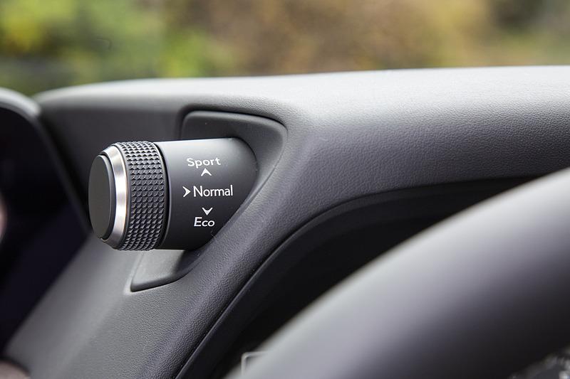 左側のサテライトスイッチはドライブモードの切り替えに使う