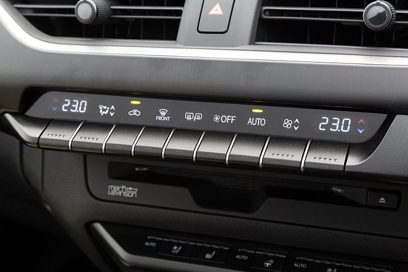 """エアコン操作パネル。""""version L""""はオートエアコンと連動してシートヒーター&ベンチレーション、ステアリングヒーターまで自動制御"""