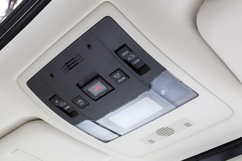 オーバーヘッドコンソールにはマップランプなどのほかヘルプネット用のスイッチも