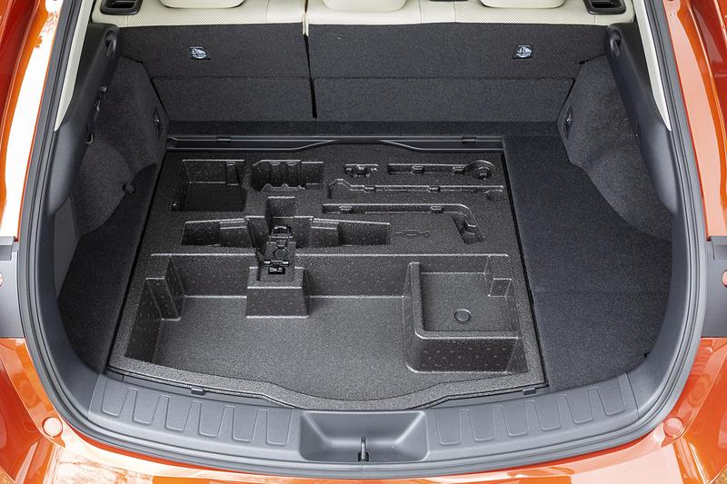 フロア下にアンダーデッキを用意。ハイブリット車の場合は標準で44L、4WD車やオプション装着車は容量が異なる