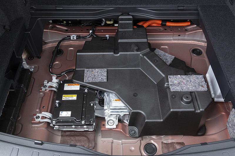 アンダーボックスの下には電装系部品が納められている