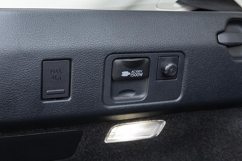 左サイド壁面にはAC100Vコンセントも。ハイブリッド車は全車標準装備となる