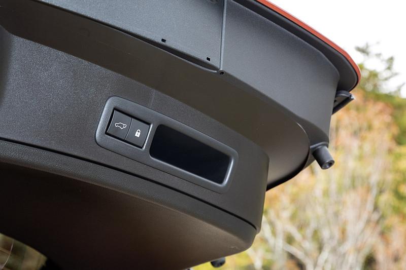 """version L""と""F SPORT""にはハンズフリーパワーバックドアを標準装備。バックドアのボタン以外にもキーを携帯している状態でバンパー下に足を出し入れすることで自動的に開閉できる"