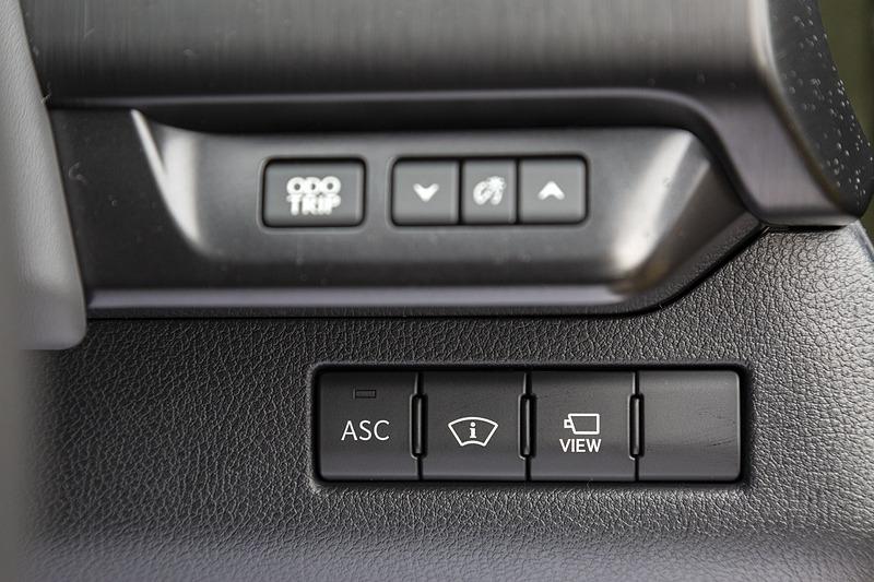ステアリングコラム右側のスイッチ群。ハイブリッド車と内容が異なる